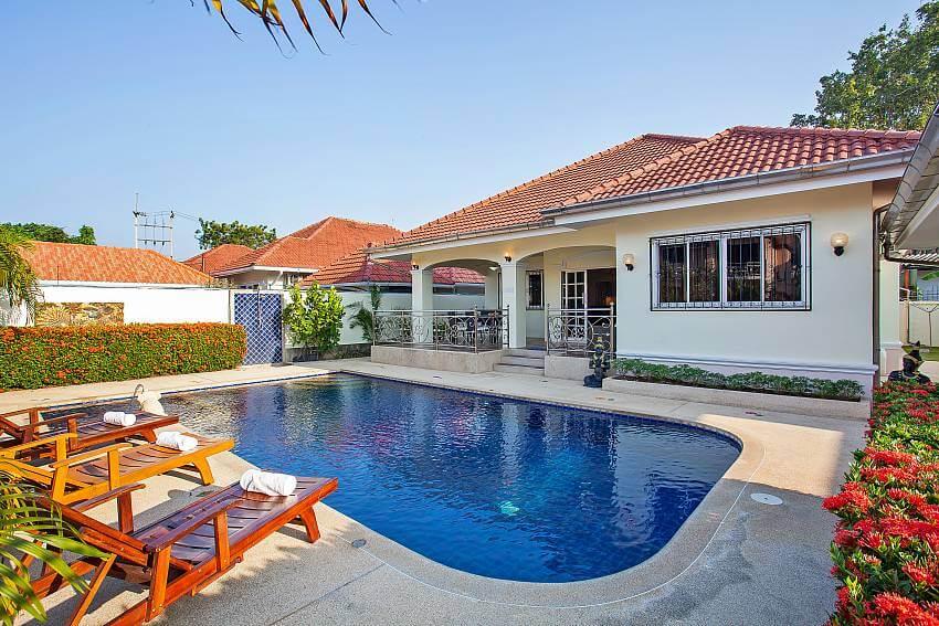 outdoor pool of Baan Kinara Villa