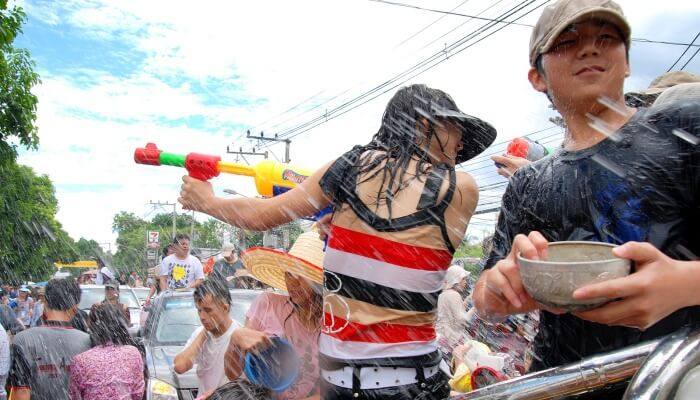 kids splashing water